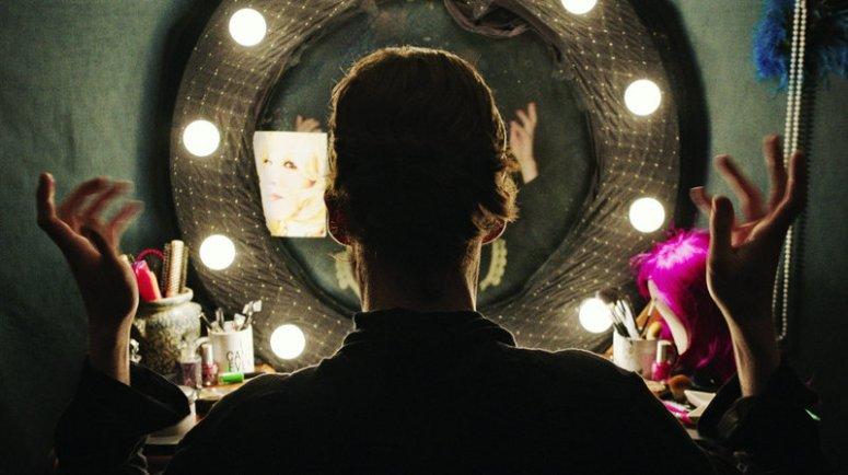 alex.lawther.mirror_wide-d3cfa944f5adfafce90ab77df61e7d5a048a8e9e-s800-c85