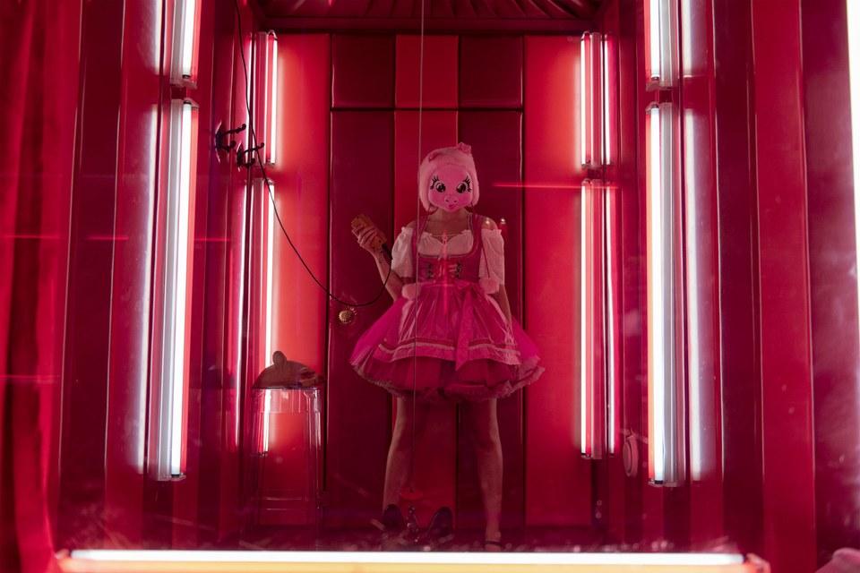 killing-eve-pig-mask-murder-scene-recap-interview